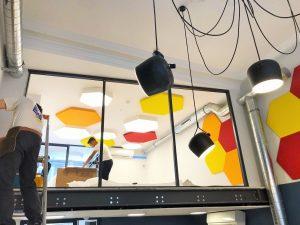 Design acoustique - Design Forme acoustique sur mesure - panneaux acoustiques color posés au plafond et au mur par collage