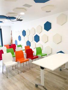 Panneaux acoustiques - Panneaux Acoustic Panel 2V color design posé au mur et plafond par collage en forme d'hexagones