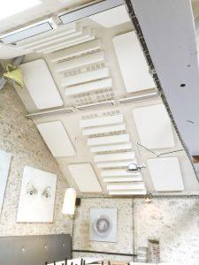 Panneaux acoustiques - Panneaux Acoustic Panel 2V color posé au plafond par suspension