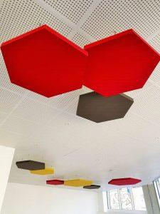 Capteurs & ilots acoustiques - Capteurs & ilots Capteur Acoustic Panel 2V color posé au plafond par suspension en forme d'hexagone