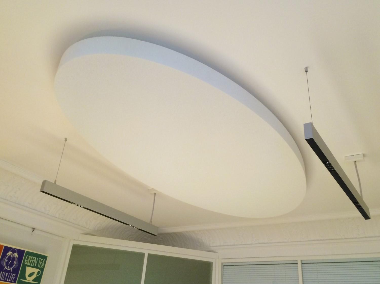 Capteurs & ilots acoustiques - Capteurs & ilots Capteur Absorber Equilibre design posé au plafond par suspension en forme d'ovale
