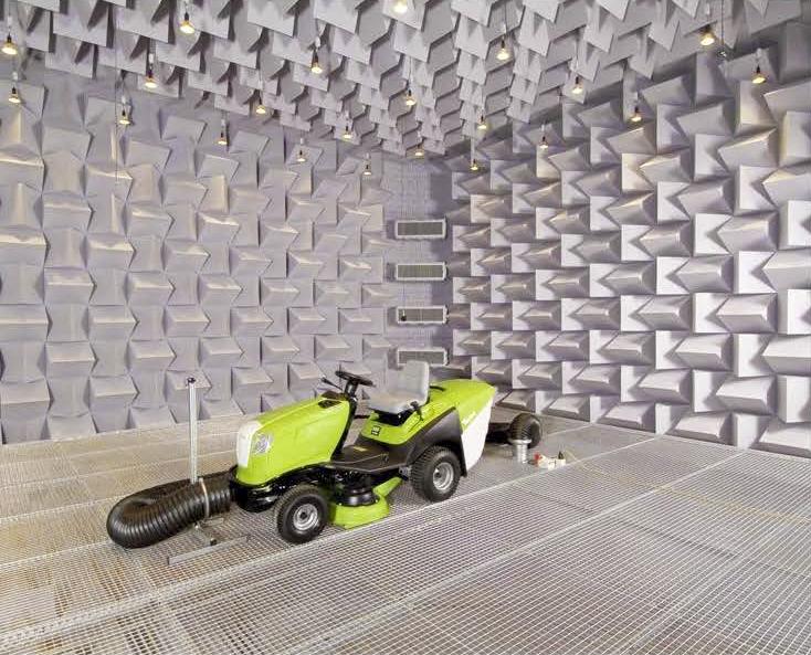 Industrie  - Industrie Dièdres de mélamine collé au plafond et mur dans une chambre sourde