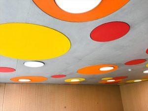 Panneaux acoustiques - Panneaux Acoustic Panel 2V design posé au plafond par collage  en forme de goutte d'eau qui est une composante d'un luminaire acousitque