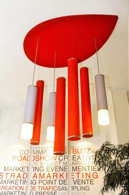 Panneaux acoustiques - Panneaux Ambiance color posé au plafond par collage en forme de goutte d'eau qui est une composante d'un luminaire acousitque