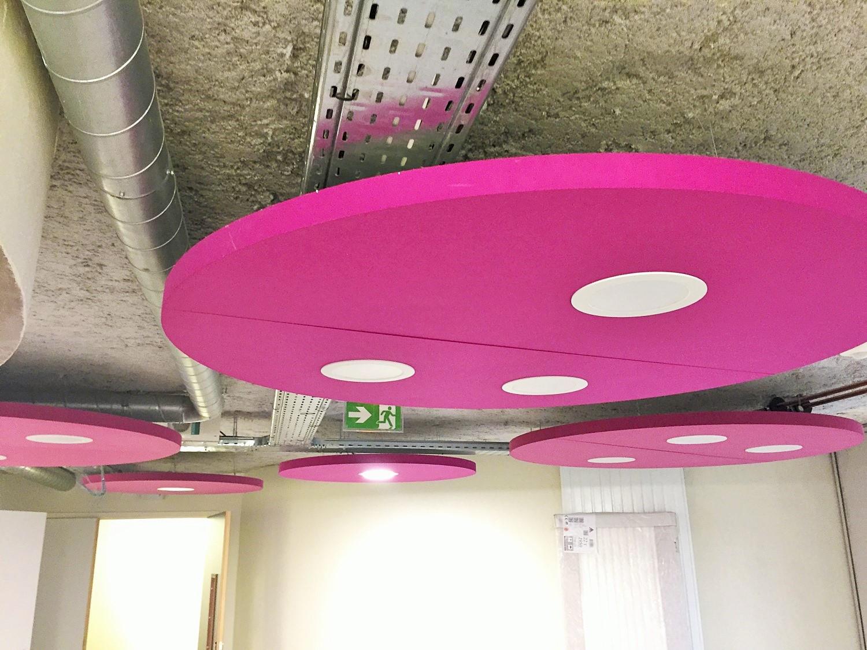 Design acoustique - Design Forme acoustique sur mesure - capteur acoustique color posé au plafond par suspension  avec luminaires incorporés